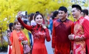 Văn nghệ sĩ diện áo mới du xuân lễ hội Tết Việt Tân Sửu 2021