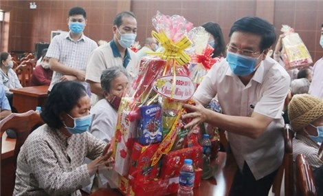 Tet gifts presented to policy beneficiaries and workers in Dong Nai and HCMC