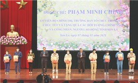 Leaders present Tet gifts to policy beneficiaries nationwide