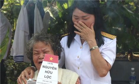 Lễ tưởng niệm 64 liệt sĩ hy sinh ở Gạc Ma: Nhớ con, mẹ già bật khóc