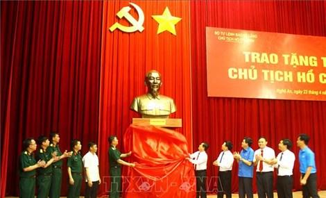 Bộ Tư lệnh Bảo vệ Lăng Chủ tịch Hồ Chí Minh tặng tỉnh Nghệ An pho tượng Bác Hồ