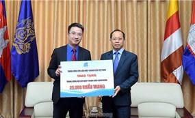 Đoàn Thanh niên Việt Nam tặng 25.000 khẩu trang cho thanh niên Campuchia