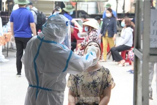 Bố F1 âm tính, con gái 7 tuổi là F2 dương tính với SARS-CoV-2