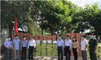Tặng 7 tấn gạo, 700 thùng mì và kinh phí giúp bà con Việt kiều tại Campuchia