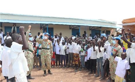 Bộ đội Việt Nam đang tham gia lực lượng gìn giữ hoà bình của LHQ tổ chức 1/6 cho trẻ em ở Châu Phi