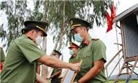Xúc động lễ nhận quyết định thăng quân hàm và kết nạp Đảng ngay tại chốt phòng, chống dịch