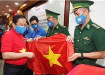 Báo Người Lao Động trao 10.000 lá cờ Tổ quốc cùng nhiều nhu yếu phẩm có tổng trị giá 450 triệu đồng cho quân, dân tỉnh Tây Ninh