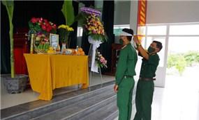 Xúc động hình ảnh chiến sĩ chịu tang cha ở nơi làm nhiệm vụ cách ly tập trung