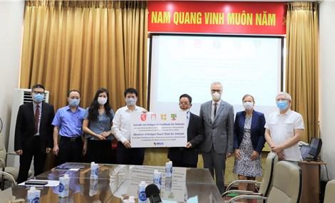 Việt Nam tiếp nhận hỗ trợ 190.000 kit xét nghiệm COVID-19 từ Đức