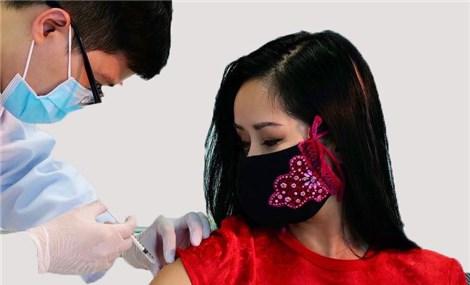 Diva Hồng Nhung tiêm vắc xin ngừa Covid-19 đầu tiên của Việt Nam