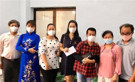 Á hậu Trịnh Kim Chi vận động cứu trợ cho 178 công nhân hậu đài sân khấu