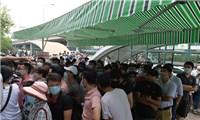 Hàng nghìn người chen chân chờ xét nghiệm Covid-19 dịch vụ ở Hà Nội