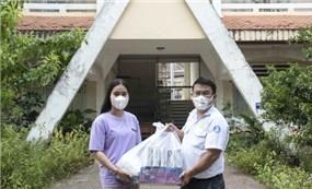 An Giang tặng quà cho 32 du học sinh Campuchia
