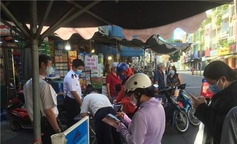 Phát thẻ đi chợ nhưng vẫn còn tập trung đông người