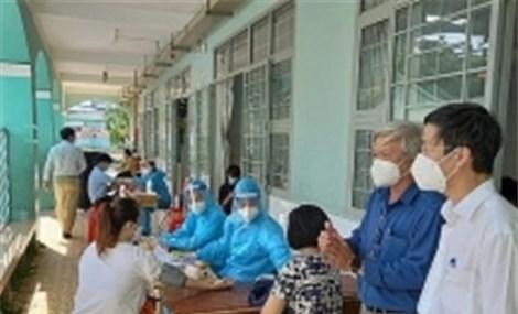 Đông đảo lực lượng y tế tư nhân tham gia tiêm chủng