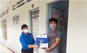 Vĩnh Long trao quà hỗ trợ cho lưu sinh viên Campuchia