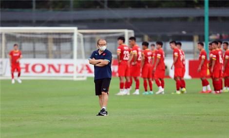 HLV Park Hang Seo ra sân chỉ đạo đội tuyển U22 Việt Nam tập luyện