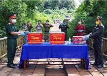 Trao tặng nhu yếu phẩm và vật tư y tế cho Việt kiều và Tiểu khu Quân sự tỉnh Mondulkiri