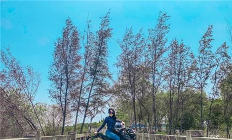 Cô gái trẻ thích đi phượt bằng xe côn