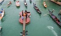 Du khách thích thú với thuyền vĩ cầm khổng lồ ở Venice