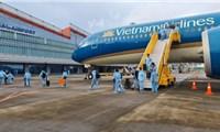 """Chuyến bay cuối thí điểm""""hộ chiếu vaccine"""" chở hơn 300 khách về sân bay Vân Đồn"""