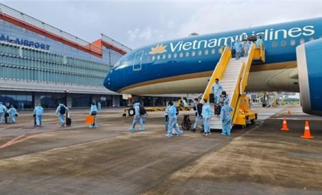 """Chuyến bay cuối thí điểm """"hộ chiếu vaccine"""" chở hơn 300 khách về sân bay Vân Đồn"""