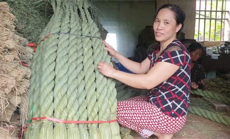 """Ninh Bình: Nghề độc đáo nhất Việt Nam- bện rơm khô thành đuôi trâu """"khổng lồ"""" bán sang Nhật Bản"""