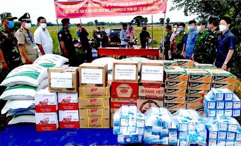 Hỗ trợ vật chất phòng, chống dịch Covid-19 cho chính quyền và lực lượng bảo vệ biên giới Campuchia