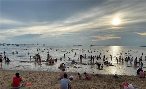 Bãi biển Vũng Tàu đông đúc ngày cuối tuần