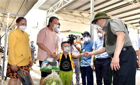 Thủ tướng chỉ đạo chăm lo người nghèo bị tác động bởi thiên tai, đại dịch